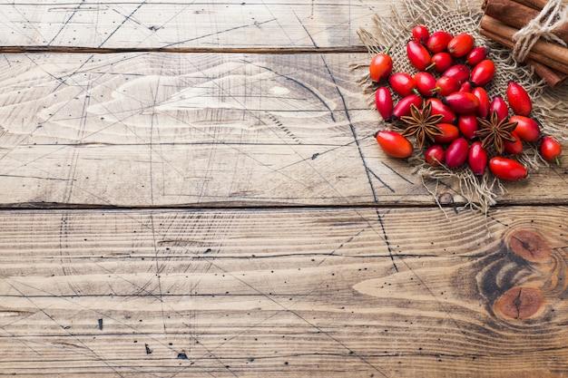Frutta rossa del cinorrodo delle bacche su un legno.
