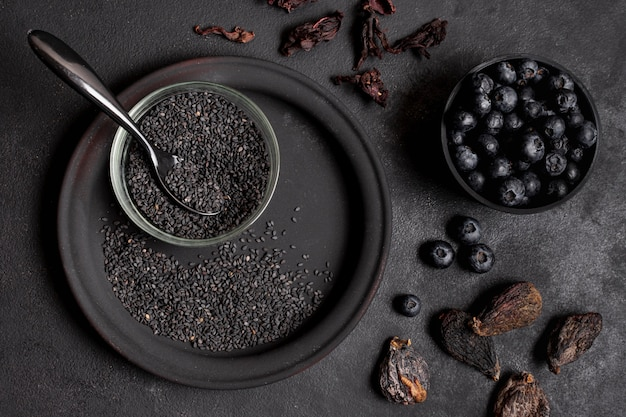 Frutta secca con semi e mirtilli vista dall'alto