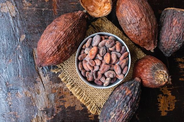 Frutta secca di cacao e fave di cacao in una ciotola sul tavolo
