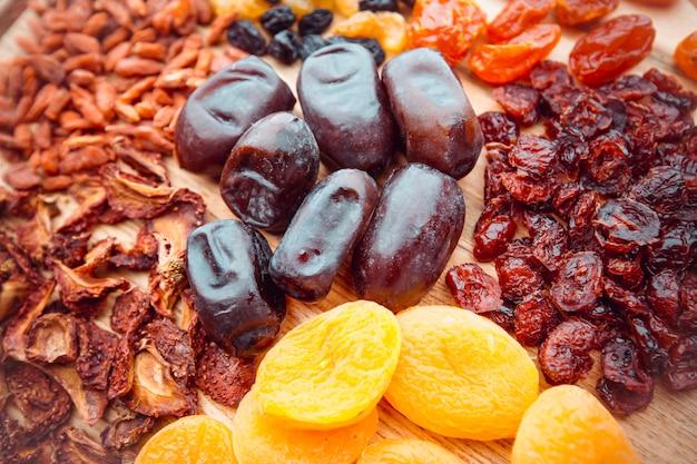 Frutta secca su una tavola di legno