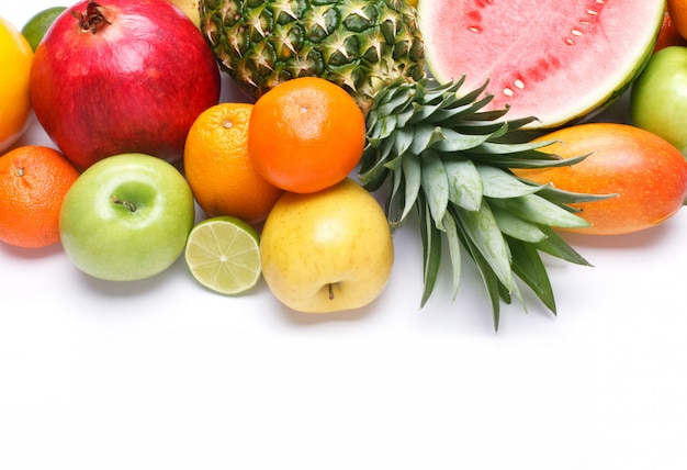 Frutta su sfondo bianco con spazio per il testo.