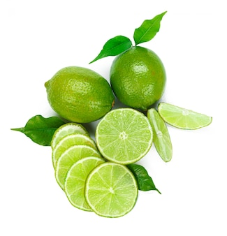 Frutta tagliata della calce isolata su fondo bianco