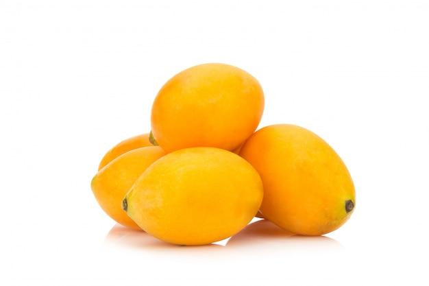 Frutta tailandese della prugna mariana isolata su fondo bianco. mayongchid. maprang. marian plum. plum mango