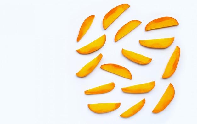 Frutta tropicale, fette della frutta del mango su fondo bianco.