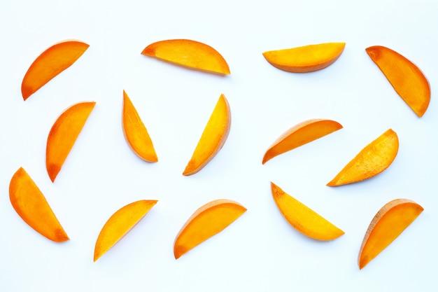 Frutta tropicale, fette di mango su sfondo bianco.