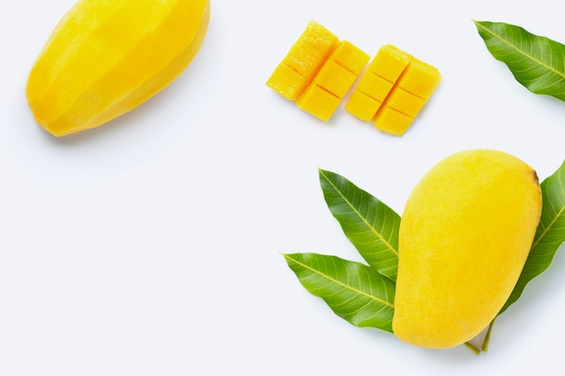 Frutta tropicale, mango su bianco