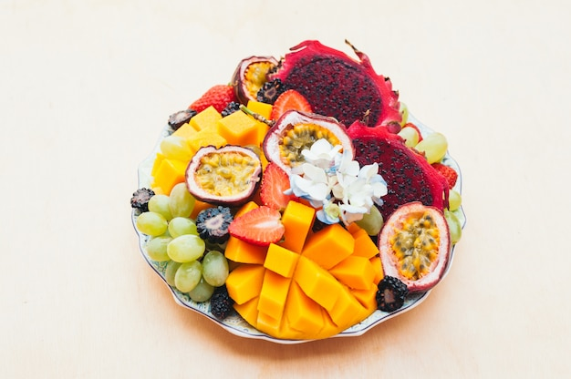 Frutta, uva, mango e fragola rossi del drago di pitaya sul piatto