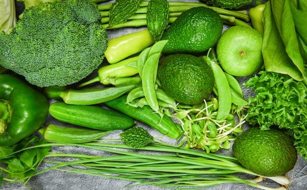 Frutta verde fresca e verdure verdi miste varie per cucinare sano cibo vegano selezione di cibi sani mangiare pulito per la vita del cuore dieta colesterolo salute