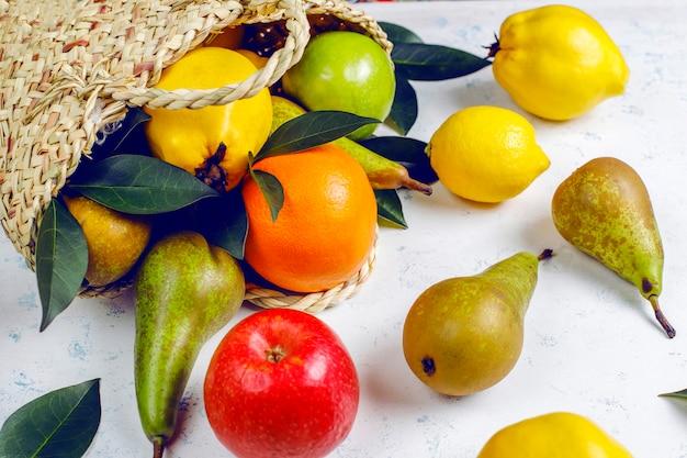 Frutti biologici freschi, pere, mele cotogne