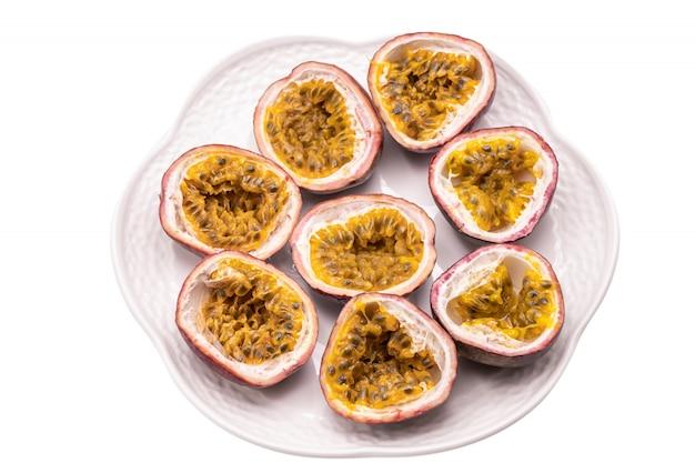 Frutti della passione in zolla bianca isolata. il frutto della passione è una vite tropicale in fiore.