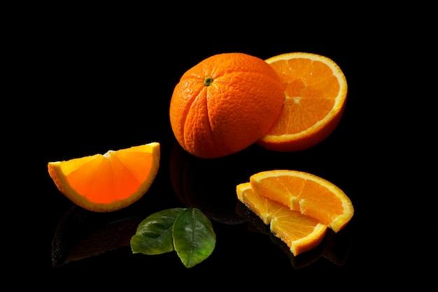 Frutti di arance su una superficie nera
