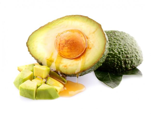 Frutti di avocado freschi isolati su fondo bianco