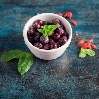 Frutti di bosco congelati in una ciotola sul tavolo