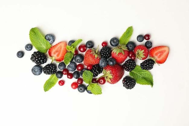 Frutti di bosco freschi con foglie di menta vista dall'alto