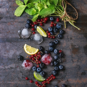 Frutti di bosco, lime, menta e ghiaccio