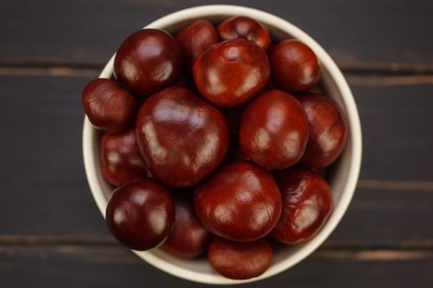 Frutti di castagne nella ciotola