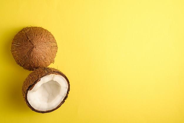 Frutti di cocco sulla superficie normale gialla