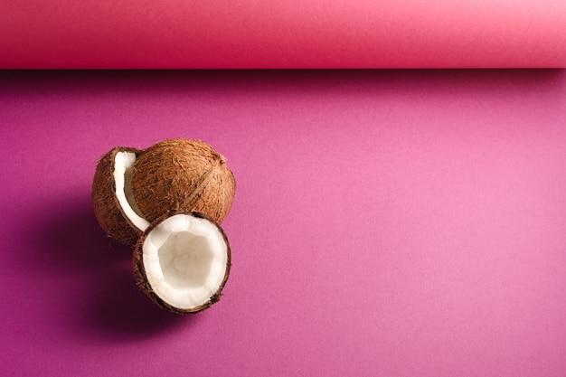 Frutti di cocco sulla vibrante superficie piana