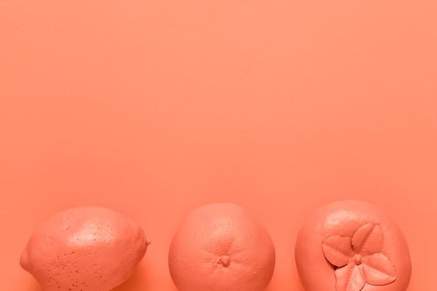 Frutti di colore rosso su sfondo arancione