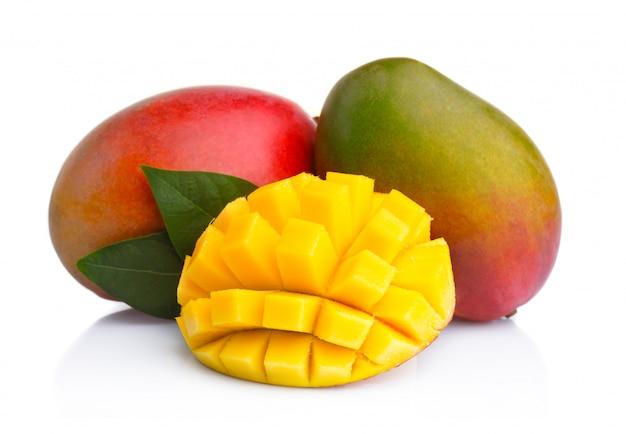 Frutti di mango maturo con fette isolati su bianco