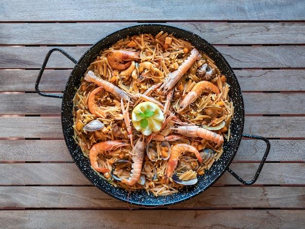 Frutti di mare cibo tradizionale fideua, gastronomia spagnola, vista dall'alto