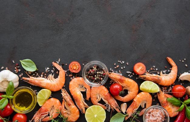Frutti di mare freschi - gamberi con verdure
