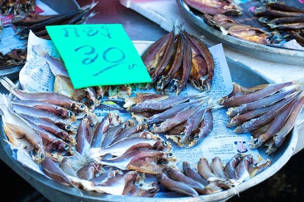 Frutti di mare freschi sul bancone al mercato del pesce sull'oceano.