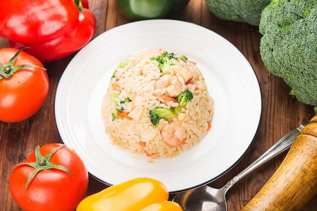 Frutti di mare fried rice su un piatto