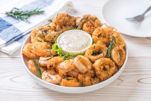 Frutti di mare fritti (calamari, gamberetti, cozze) con salsa
