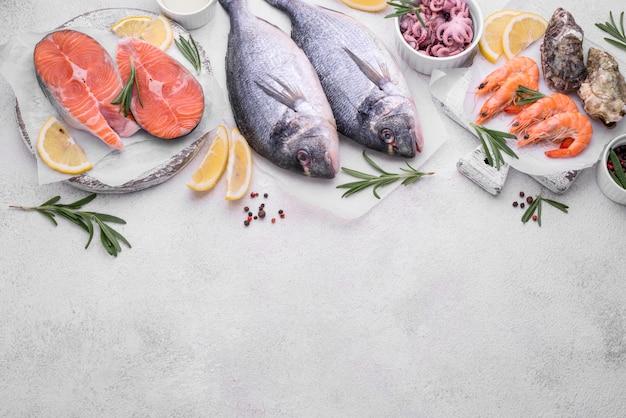 Frutti di mare pesce e limone copia spazio