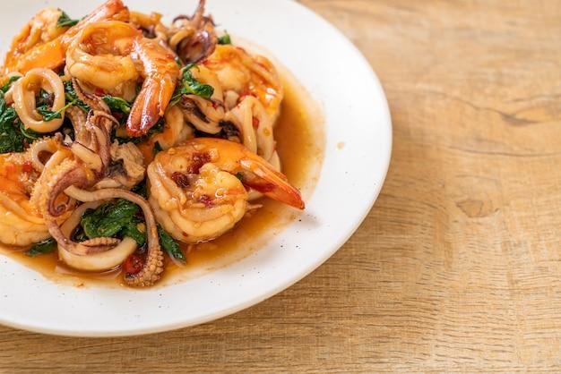 Frutti di mare saltati in padella con basilico thailandese