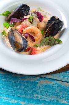 Frutti di mare saporiti sul piatto sul primo piano della tavola