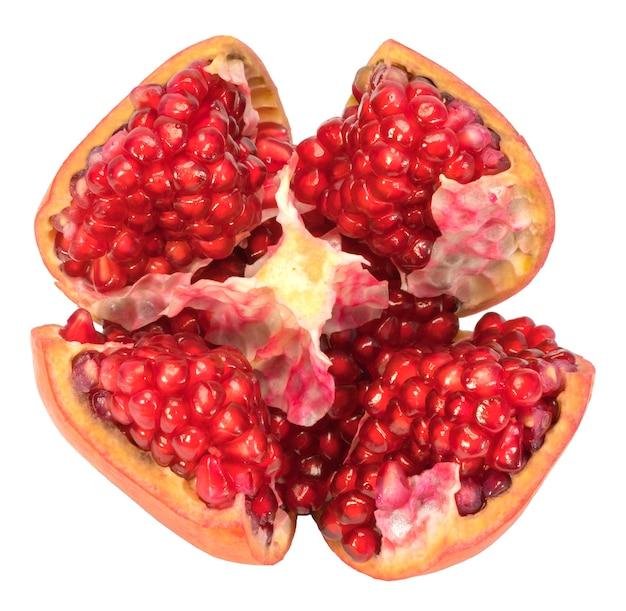 Frutti di melograno isolati su bianco.