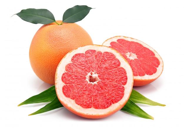 Frutti di pompelmo con tagli e foglia verde isolato