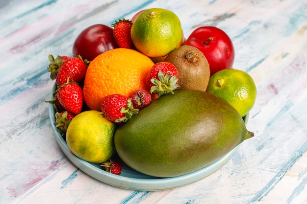Frutti e bacche assortiti organici freschi.