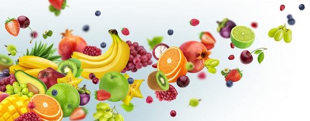 Frutti e bacche volanti isolati su fondo bianco