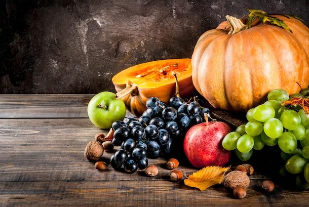 Frutti e zucca stagionali di caduta sulla tavola di legno
