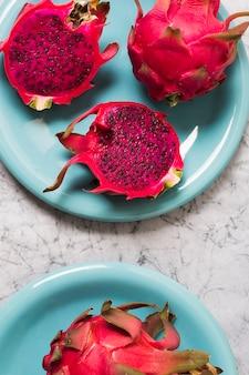 Frutti esotici freschi del primo piano sul tavolo