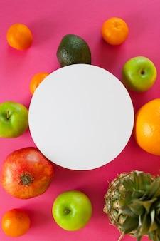 Frutti esotici su uno sfondo rosa