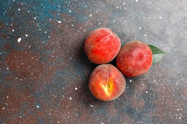 Frutti estivi: pesche di fichi, nettarina e pesche, vista dall'alto