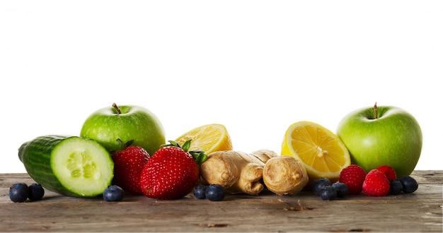 Frutti gustosi ingredienti per la preparazione di sani disintossici o frullati. sfondo rustico in legno. vista dall'alto. spazio di copia.