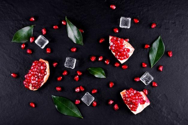 Frutti maturi del melograno sul tavolo di legno