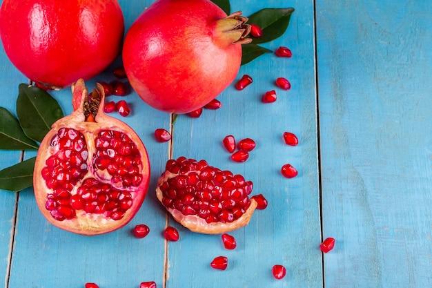Frutti maturi del melograno sulla tavola di legno
