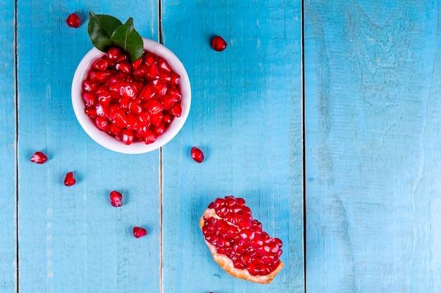 Frutti maturi del melograno sullo sfondo di legno