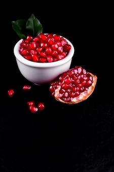 Frutti maturi del melograno sullo spazio di legno