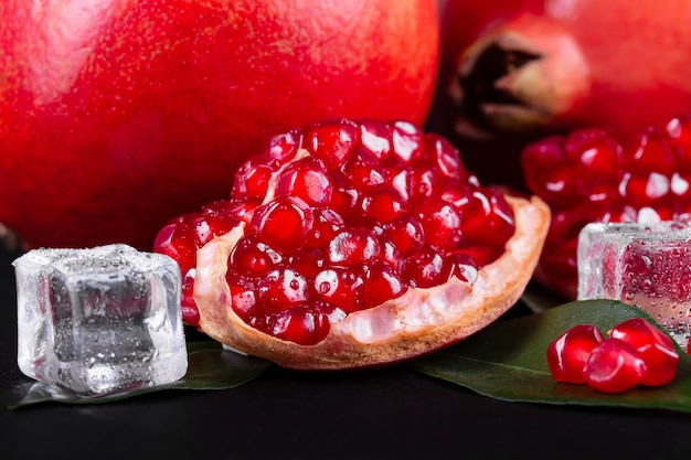 Frutti maturi di melograno su legno