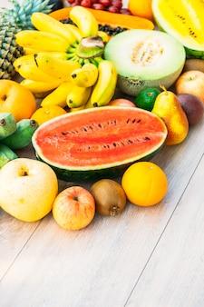 Frutti misti con arancia mela banana e altro