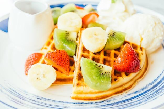 Frutti misti in cima a pancake e gelato