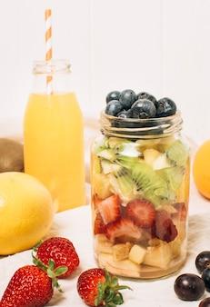 Frutti sani di vista frontale in un barattolo