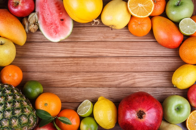Frutti sul fondo di legno di struttura con spazio per testo.